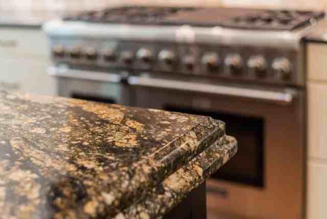 Granit tezgahlı bir mutfak adasına yakından bakış.
