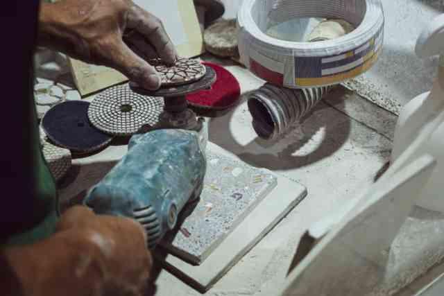Bu, mozaik fayans yapan bir fayans ustasına yakından bir bakış.