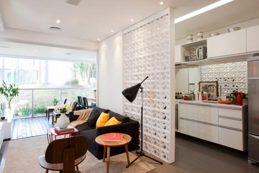 Sala e cozinha divididas por cobogós brancos