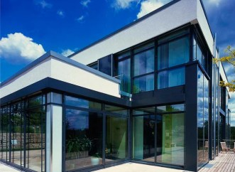 Fachada de residência em vidros com proteção solar da Divinal.