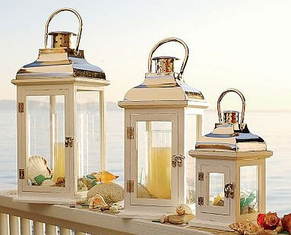 Displaying lanterns on the front steps