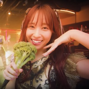 Maria out of Philosophy no Dance looking happy with broccoli
