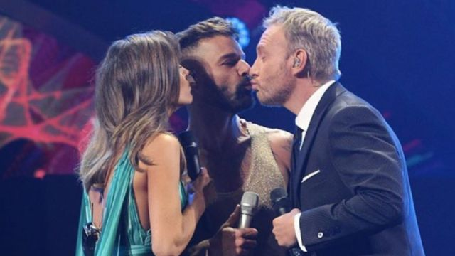 Ricky Martin beso conductor-2