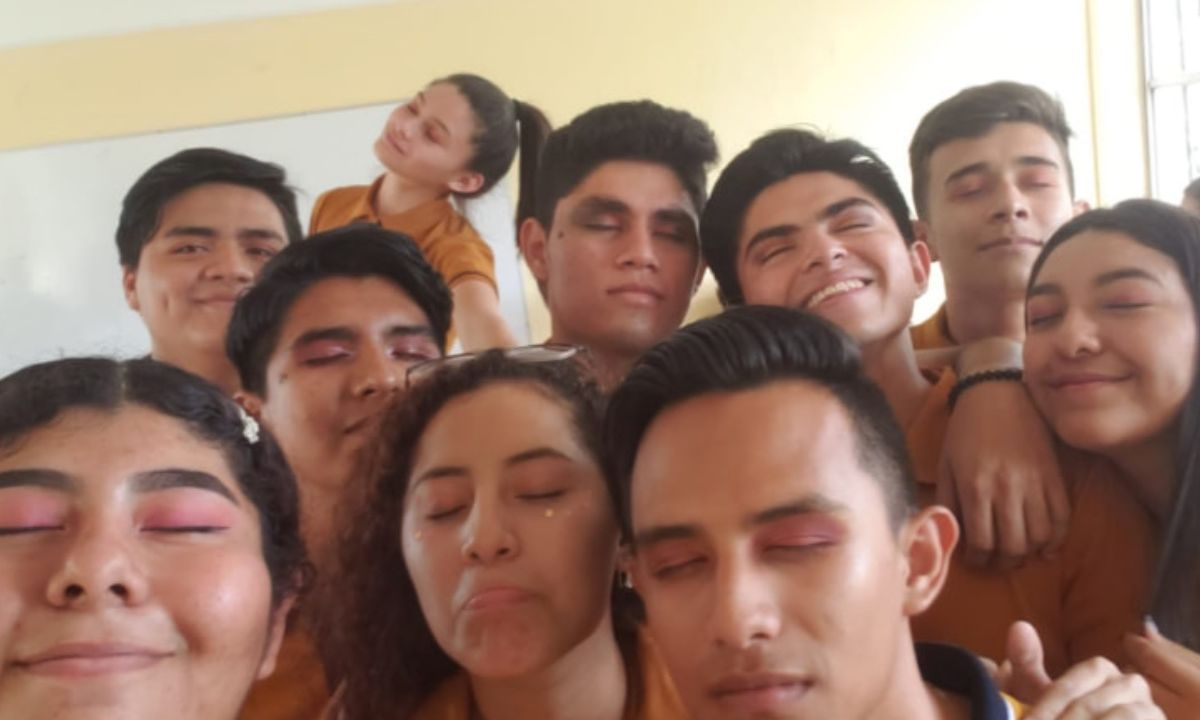 alumnos preparatoria protesta maquillaje