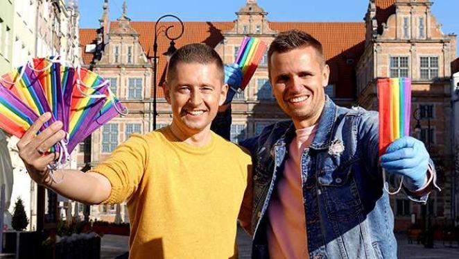 regalan-cubrebocas-con-colores-de-bandera-gay