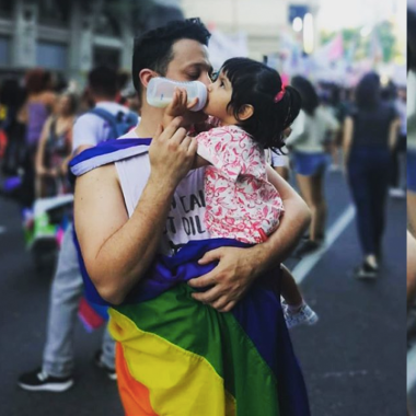 papá gay soltero adopta