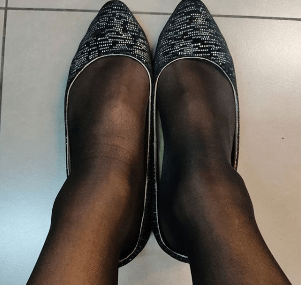 Fotografía de los zapatos de Nicté, después de ser víctima de discriminación laboral por ser una mujer trans.