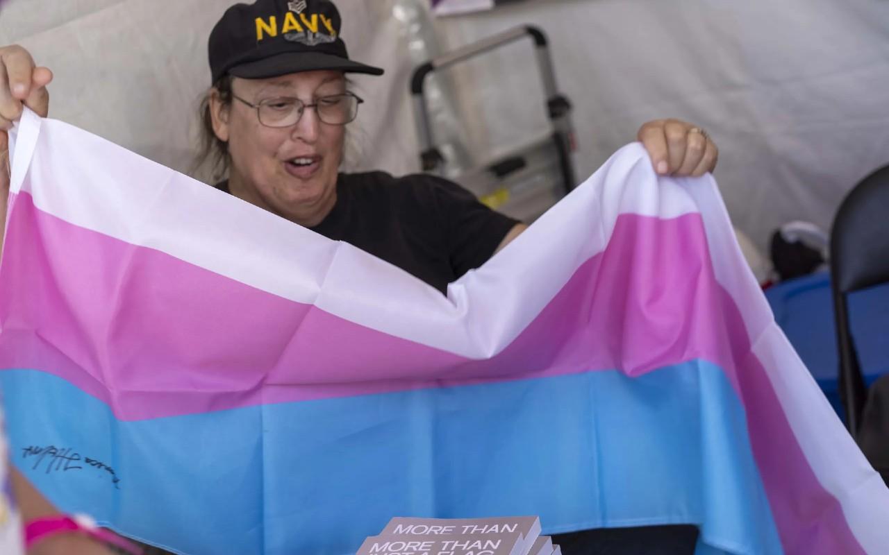 Monica Helms creadora de la bandera trans