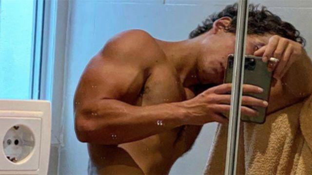 Miguel Herrán en una foto de su Instagram, donde pudimos ver una parte muy íntima de su cuerpo.