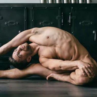 El yoga al desnudo es una disciplina muy popular entre hombres gay.
