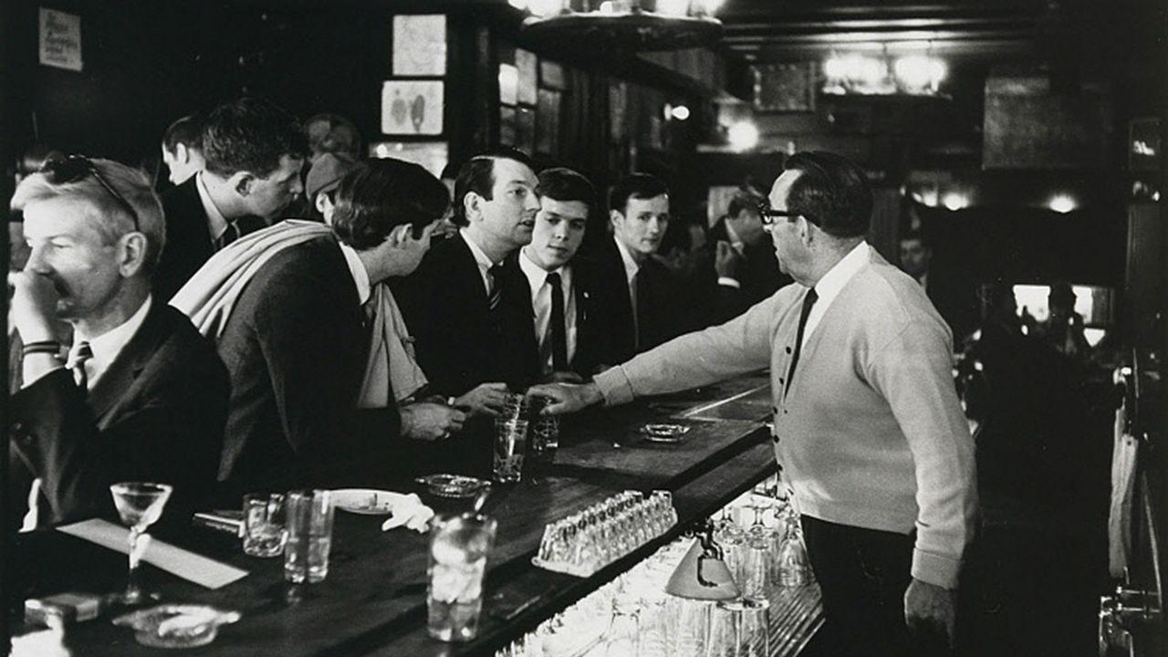 La icónica foto que muestra el momento histórico en que miembros de The Mattachine Society entraron a un bar a ordenar bebidas.
