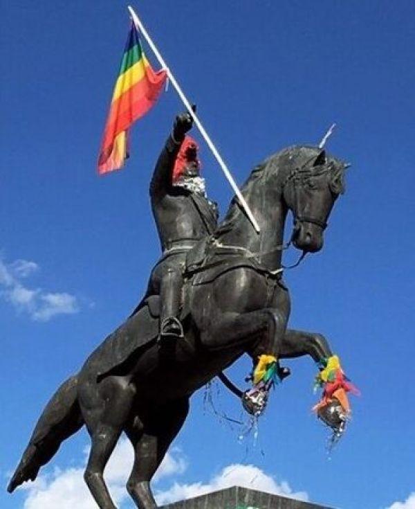 colocan bandera LGBT+ a estatua de San Martín