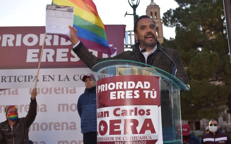 Juan Carlos Loera da discurso con bandera LGBT+