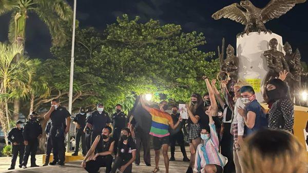 Policía reprime manifestación LGBT+ en Mérida