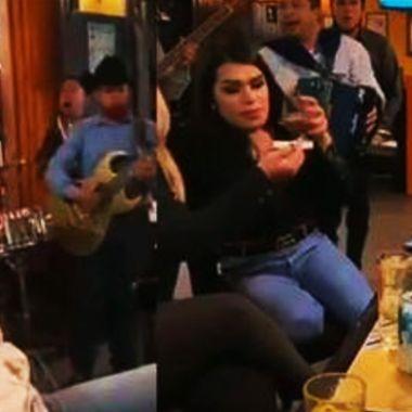 Alcalde de Guanajuato con Las perdidas en un bar