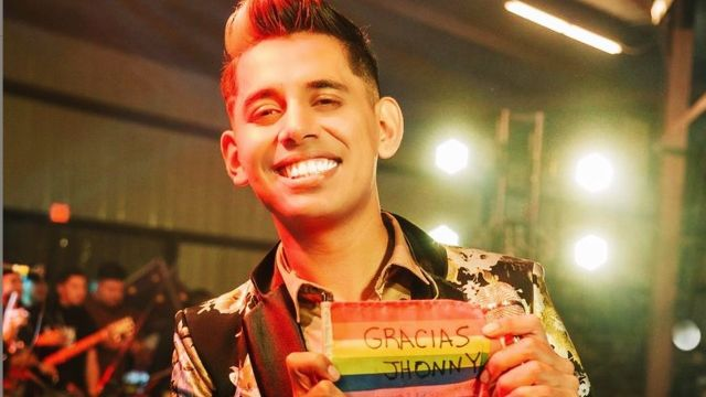 Jhonny Caz muestra bandera LGBT+