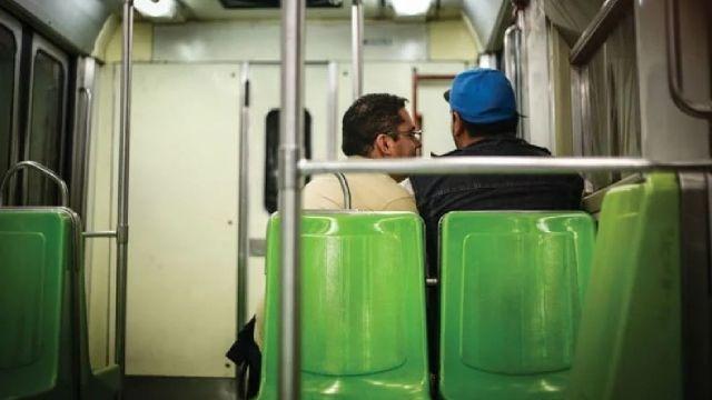 Policías roban usuarios último vagón metro