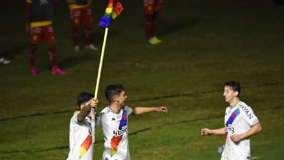 Germán Cano con bandera LGBT+