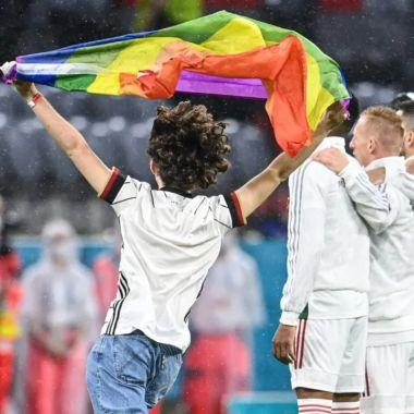 Protesta con bandera de futbol en partido Alemania vs Hungría