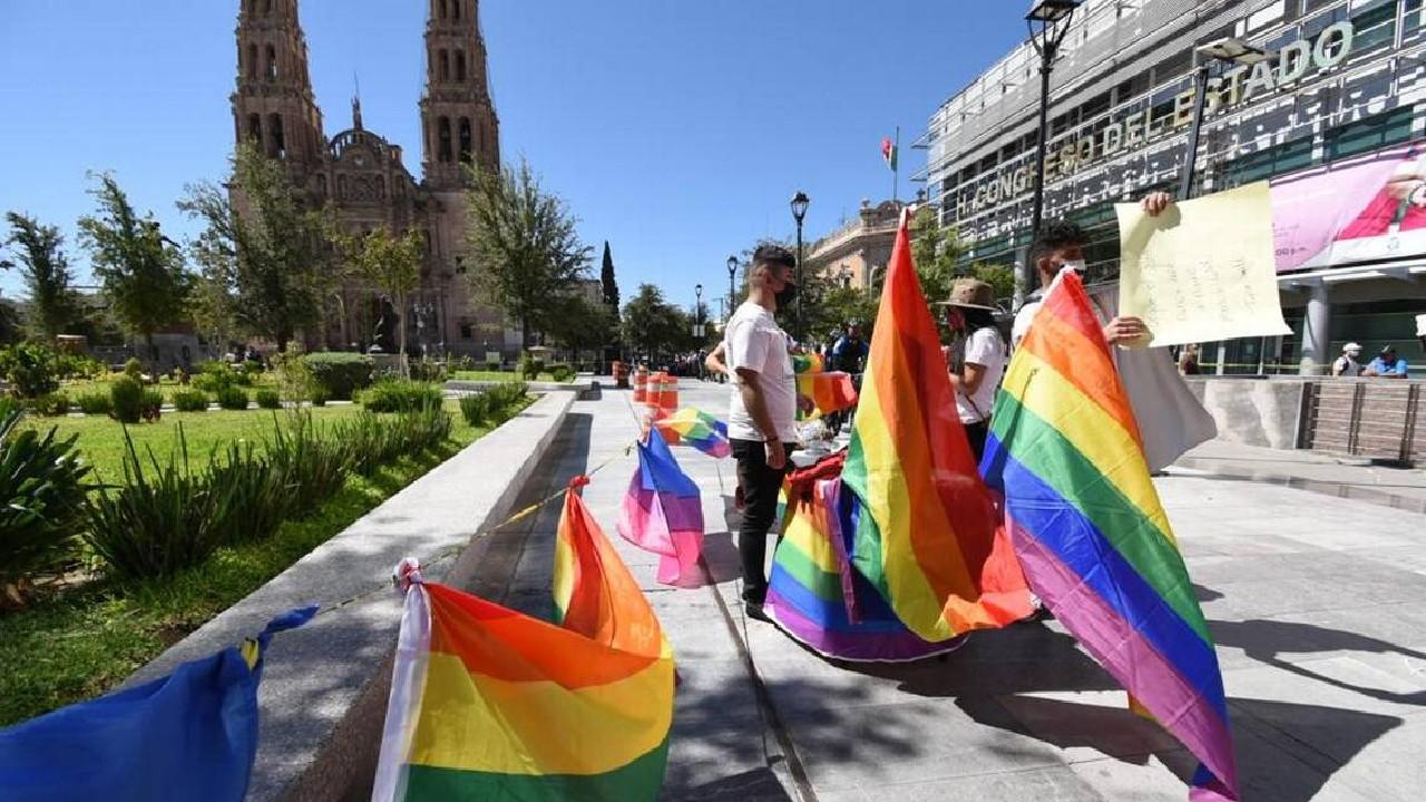 Protestan contra ataques de odio con besatón LGBT+ en Chihuahua