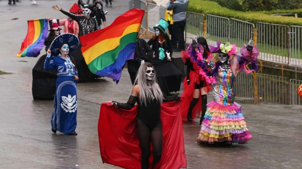 Contingente con catrinas LGBT+ en Desfile de Día de Muertos