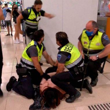 Guardias de seguridad golpean a mujer trans en estación de trenes de Barcelona