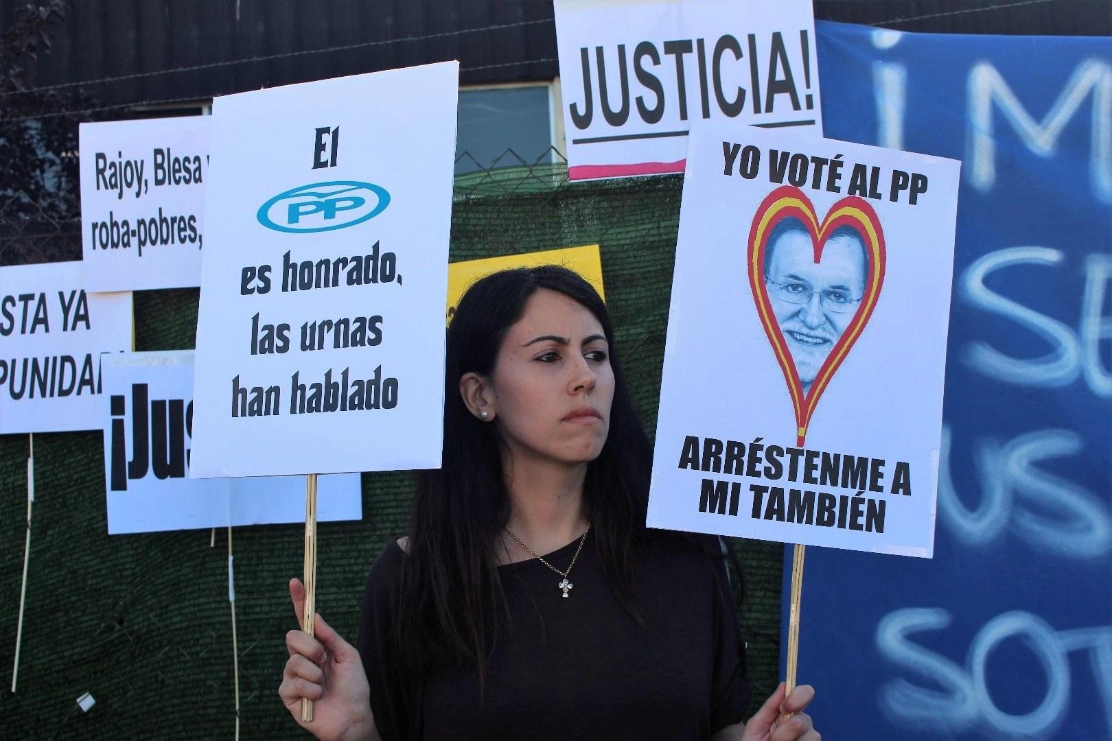 7. 'Arrésteme a mí también': Apoyan a Rajoy y casi les 'calientan'