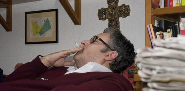 Lo Bueno, Lo Bello y Lo Verdadero se dan cita en Juan Manuel de Prada: Cigarro, Sofá de Casa de Madre y Crucifijo.