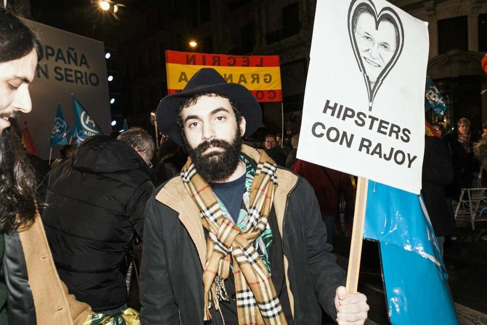 1. Hipsters celebran la victoria electoral del PP en Génova