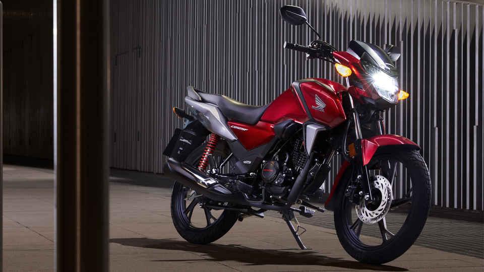 Červená Honda CB125F, záber v nočnom meste