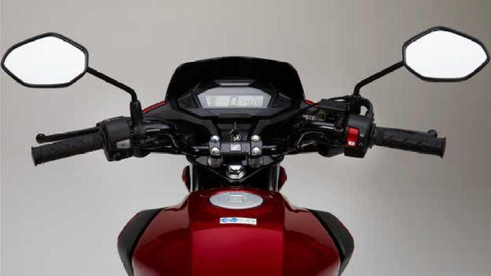 Červená Honda CB125F, štúdiový záber, detail na LCD displej