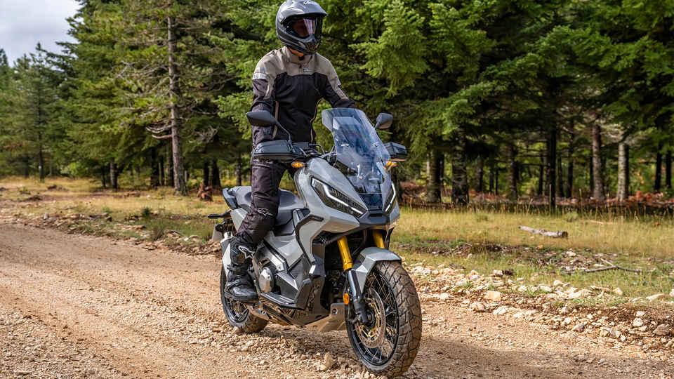Honda X-ADV – trojštvrťový záber z pravej strany, s jazdcom, na lesnej ceste