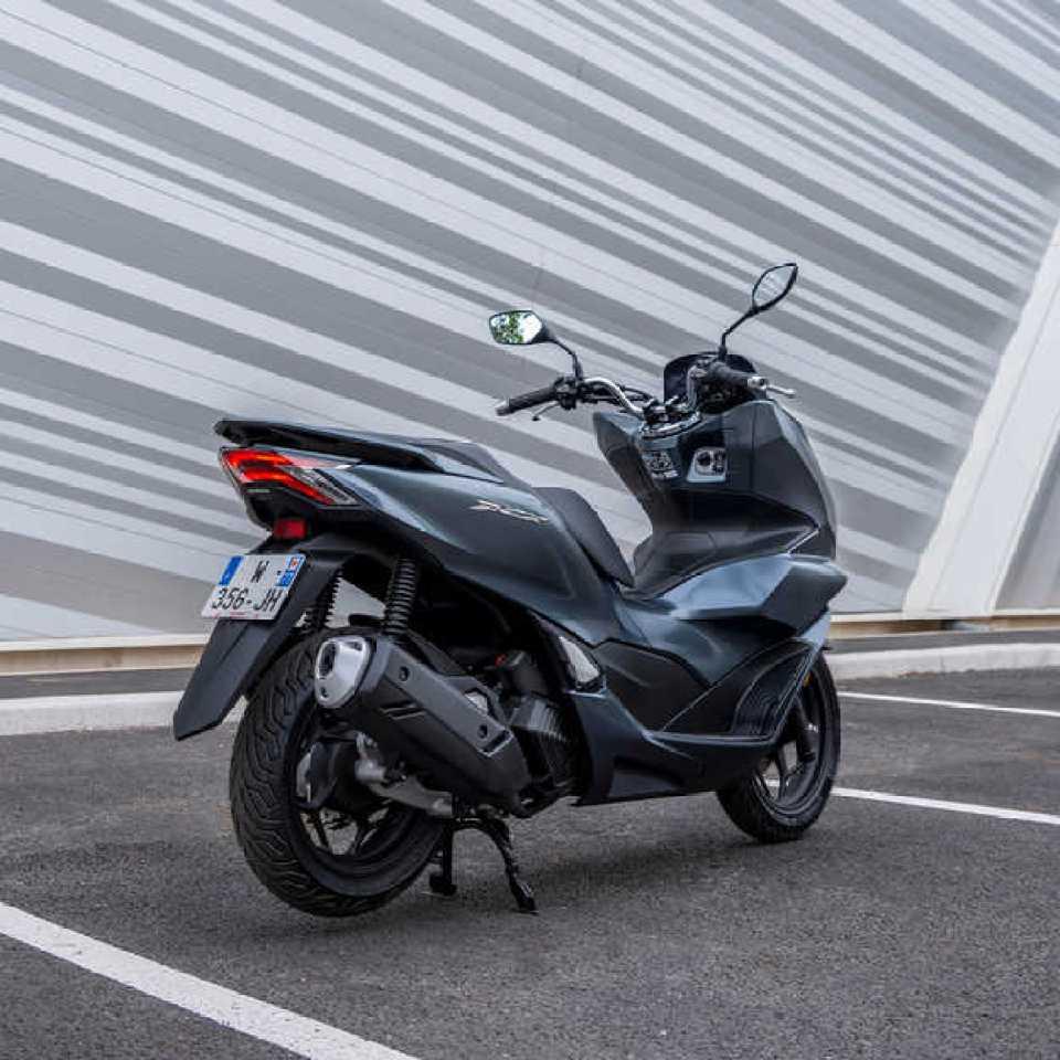 Honda PCX125 – trojštvrťový zadný pohľad z pravej strany, zaparkovaný, sivý motocykel