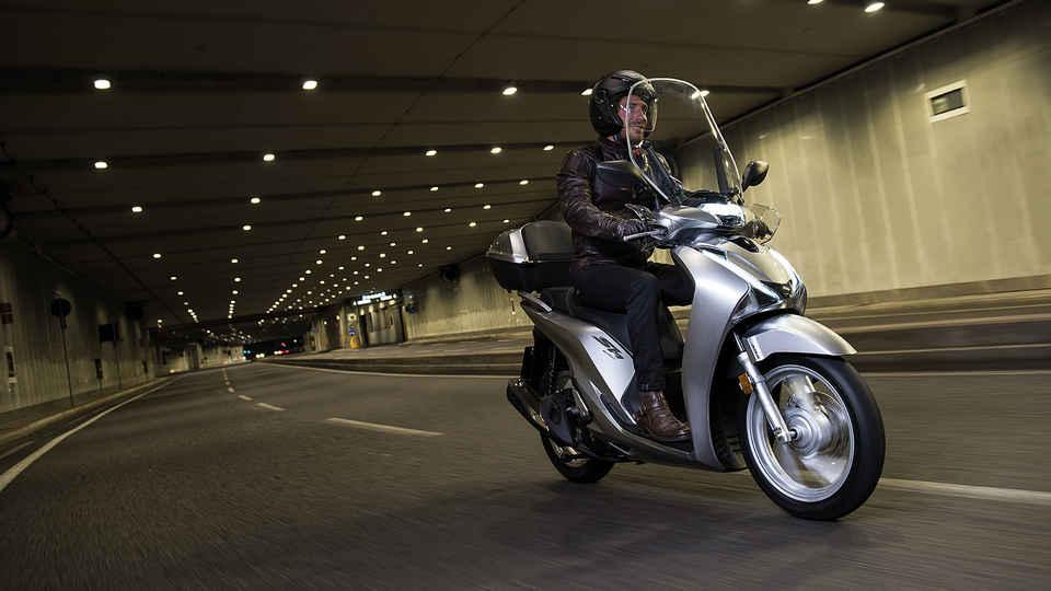 Muž na motocykli pri jazde cez tunel