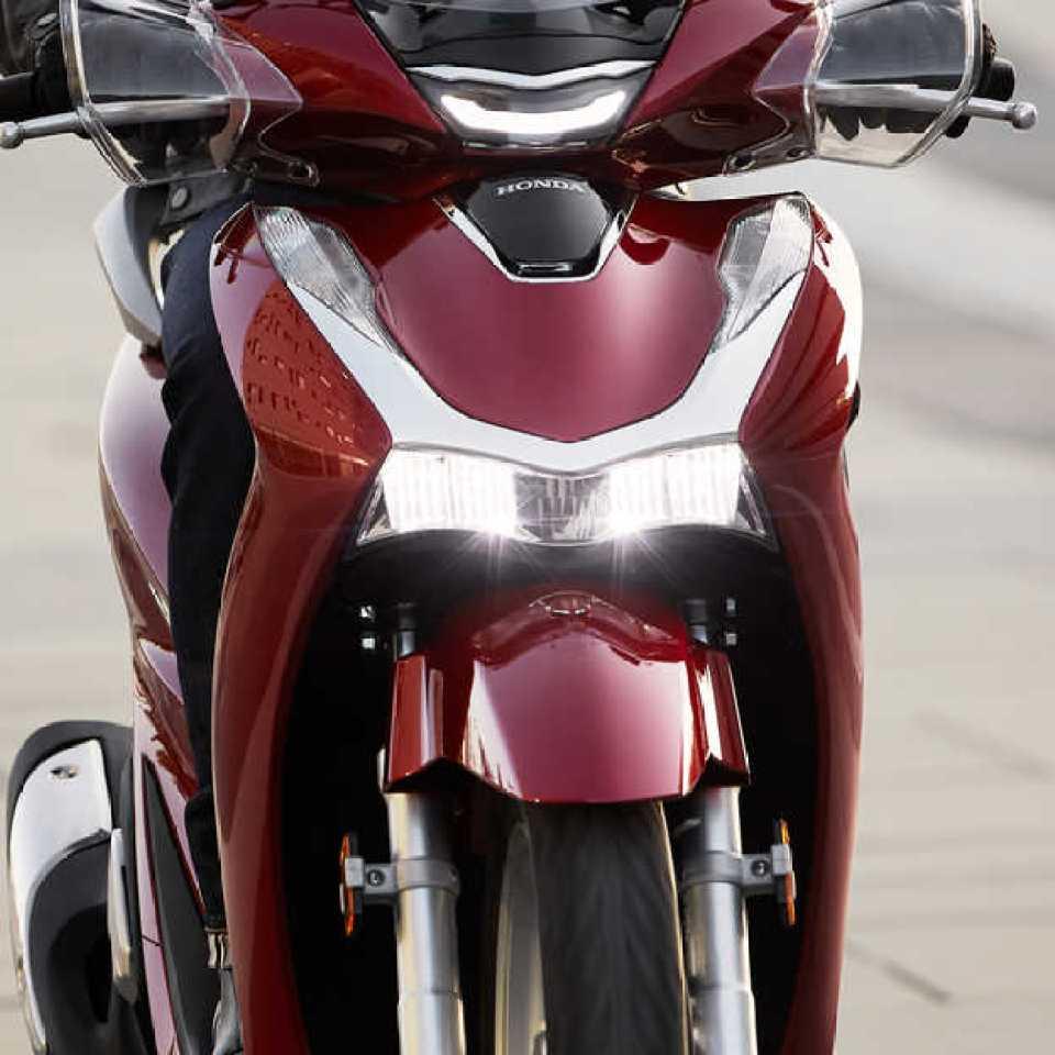 Honda-SH125i, predná strana, detail predného svetlometu