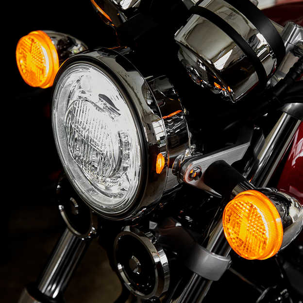 Detailný záber na svetlá motocykla Honda CB1100 EX.