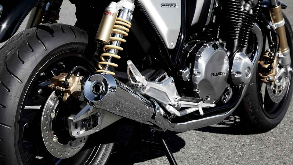 Detail výfuku motocykla Honda CB1100 RS.