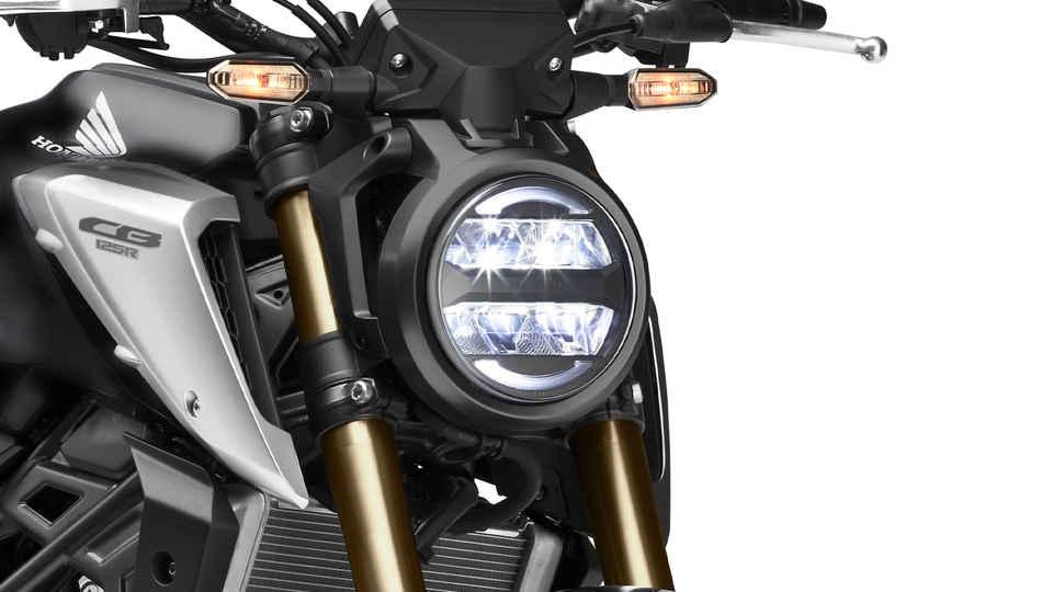 Honda CB125R, trojštvrťový záber spredu z pravej strany, detail svetiel, štúdiový záber, čierny motocykel