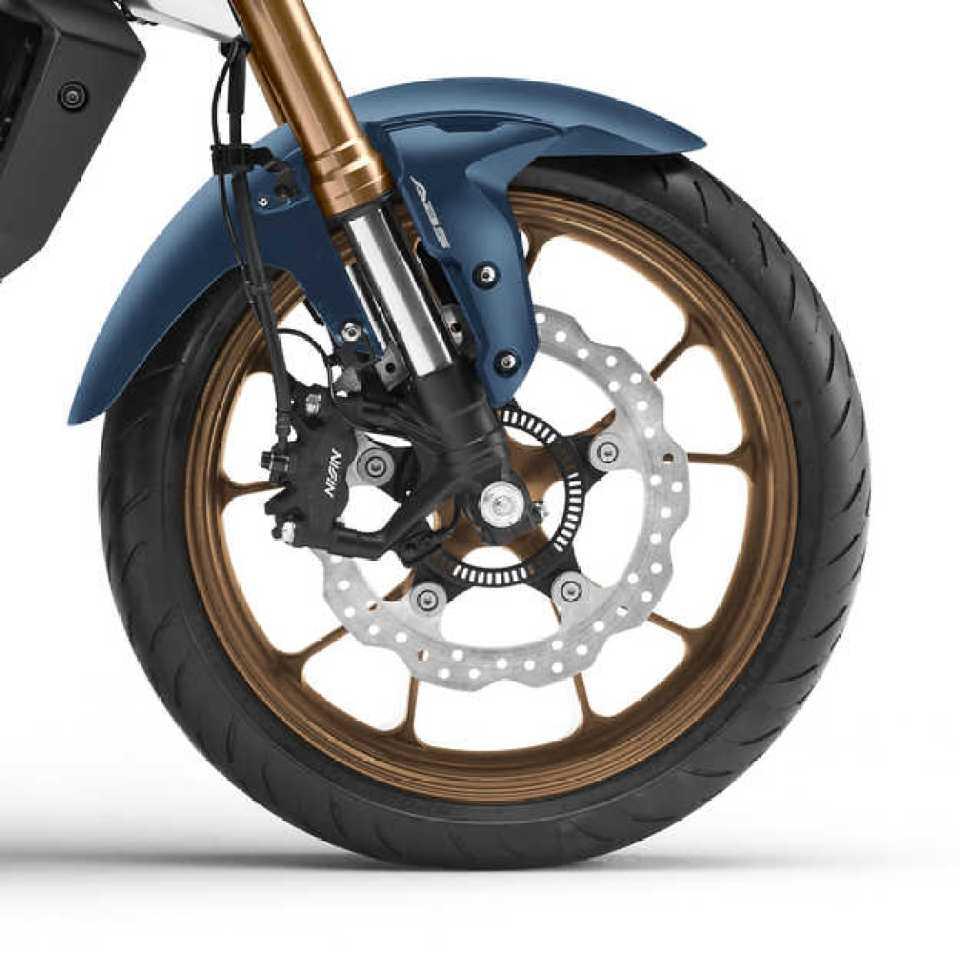 Honda CB125R, pravá strana, detail predného kolesa a bŕzd, štúdiový záber, modrý motocykel