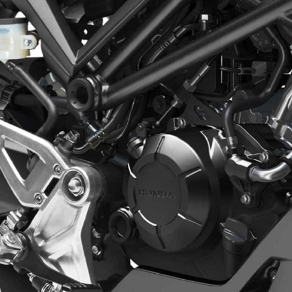 Hodna CB125R, detail motora, štúdiový záber