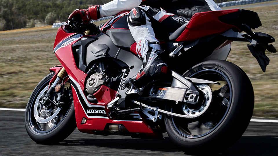 Záber zboku na jazdca na motocykli na pretekárskej trati