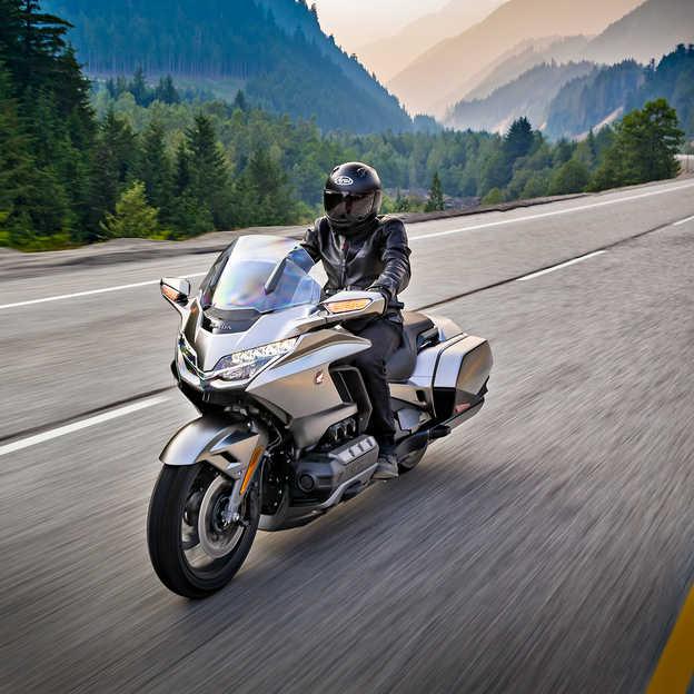 Bočný pohľad na motocykel Honda Gold Wing.
