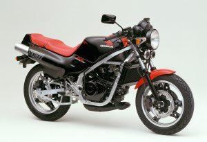 1984年式NS250F。丸目ヘッドライトのネイキッドモデルで、フレームは鉄製だった