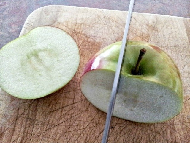 Cutting apple to core it naturally