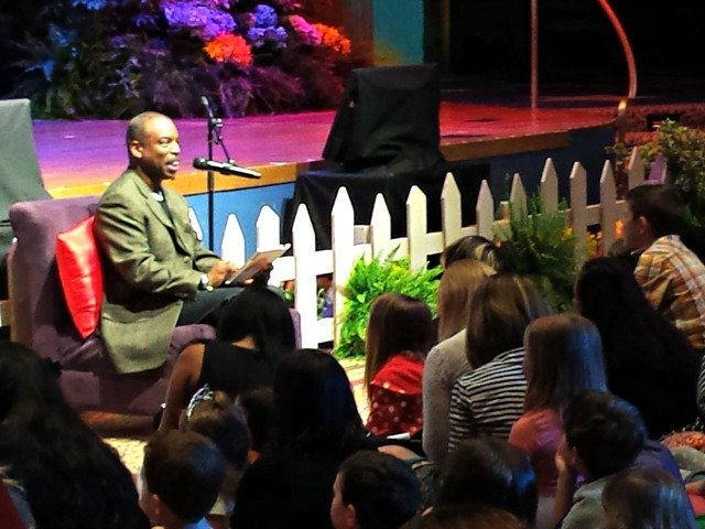 LeVar Burton reading Henry and the Dragon at Disney Social MEdia Moms