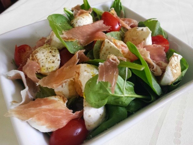 Single serving of spinach caprese salad
