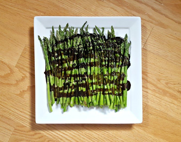 Grilled asparagus with balsamic glaze