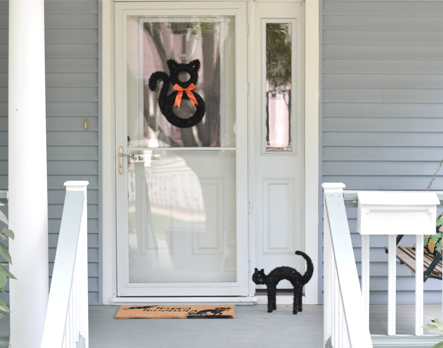 Perfect entryway for Halloween front porch decor ideas