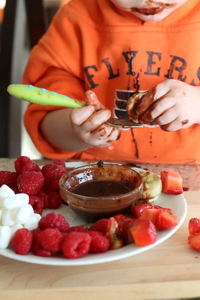 Try this healthier yet homemade alternative for a fun and simple snack with the kids. Perfect for Valentine's Day! | Strawberries, raspberries, bananas, marshmallows and homemade chocolate sauce