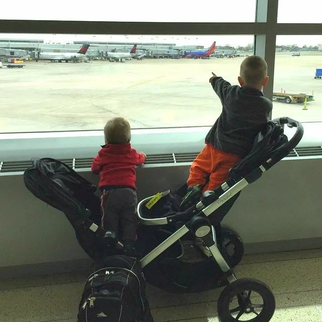 Headed to the airport with young children? Check out this list of tons of tips for traveling with young kids from a mom of two young boys who regularly travels with the children by herself! Lots of great tips to try, so click through to check them out.